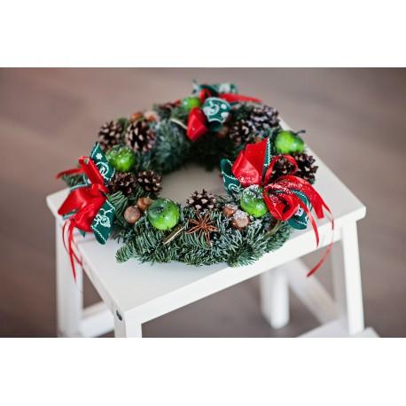 Vainikas Kalėdoms su žaliais obuoliukais
