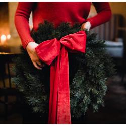 Kalėdinis vainikas raudonu kaspinu